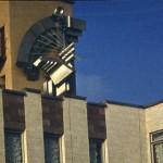 Рельеф «Музыка Молдавии»с элементами национальных инструментов: скрипки и ная на  здании дома культуры «Нистрений» (Днестряне)  д. Копанка, Молдавия. 1988.  Сварная сталь, окраска.  Работа сразу после Строгановки