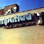 Логотип «Нистрений» (Днестряне) и знак на основе дакийского петроглифа «Люди» на  здании дома культуры. д. Копанка, Молдавия. 1988.  Сварная сталь, окраска.  Работа сразу после Строгановки