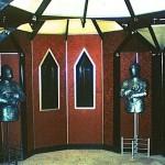 Рыцарская комната в ресторане гостиницы «Орехово» (Москва). 1989-1991  Интерьер В. Шершакова, скульптуры рыцарей – М.Р. Тренихина